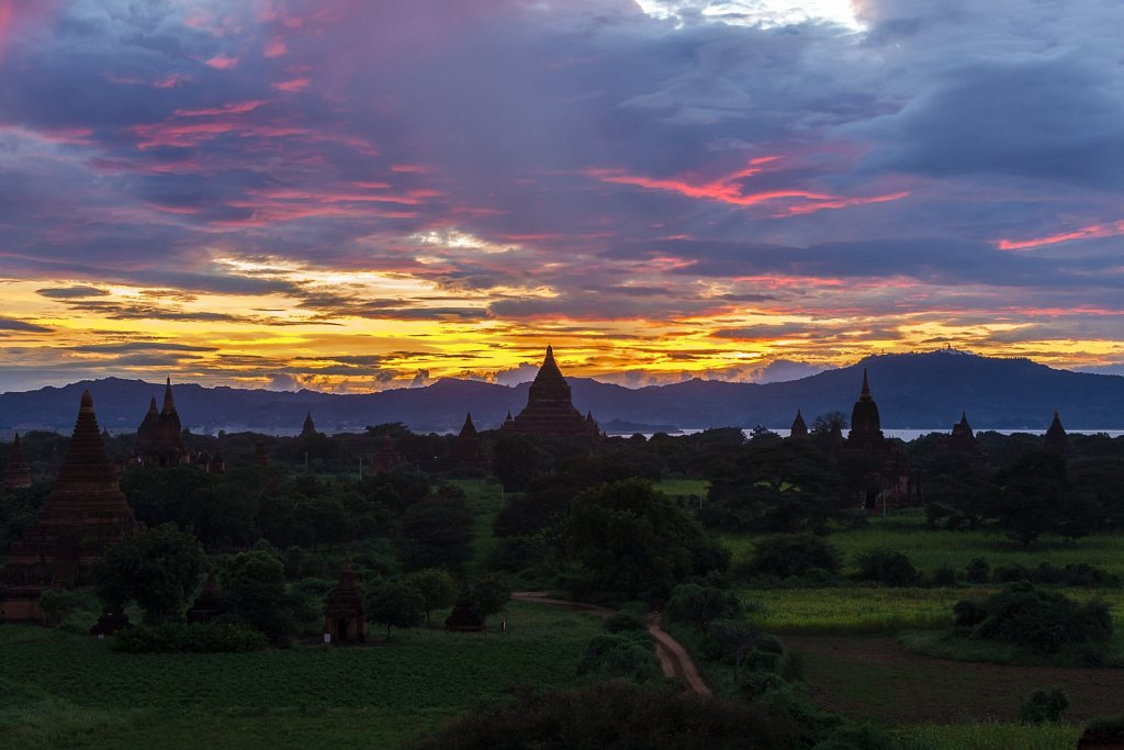 sunset at Shwesandaw Pagoda